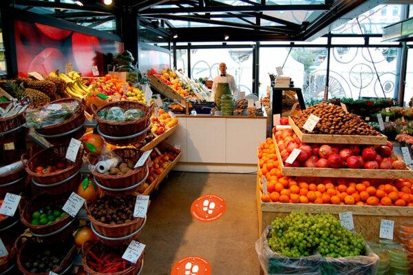 Application d'adhésif sol dans une boutique de fruit et légumes